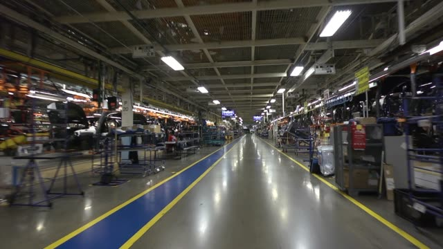stockvideo's en b-roll-footage met dolly shot down the aisles of fiat chrysler automobiles jefferson north assembly plant where jeeps are built on the assembly line - chrysler