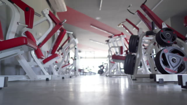 stockvideo's en b-roll-footage met dolly shot empty gym tijdens covid-19 - healthclub