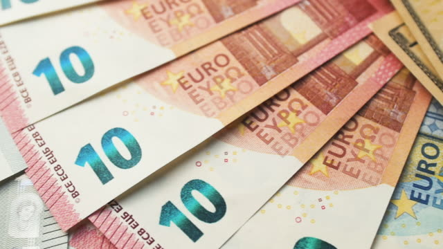 stockvideo's en b-roll-footage met dolly schot vanaf euro aan amerikaanse munt - lening
