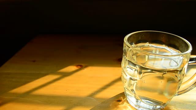 vídeos de stock, filmes e b-roll de câmera em movimento: copo de água na mesa - full hd format