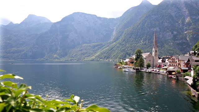 ドリー ショット: ハルシュタット村景観湖オーストリア - アッパーオーストリア点の映像素材/bロール