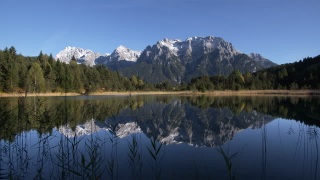 stockvideo's en b-roll-footage met dolly shot. lake luttensee with karwendel mountain range. mittenwald, garmisch-partenkirchen, luttensee, karwendel, werdenfelser land, upper bavaria, bavarian alps, bavaria, germany, europe. - bavarian alps