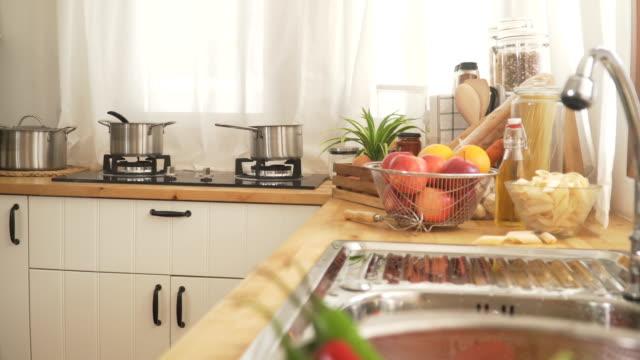 vidéos et rushes de dolly tourné: cuisine moderne avec couverture de fruits matin - en bois