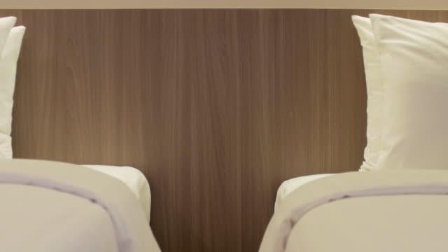 ドリー ショット ベッドと枕まですぐ寝室の動き - ヘッドボード点の映像素材/bロール