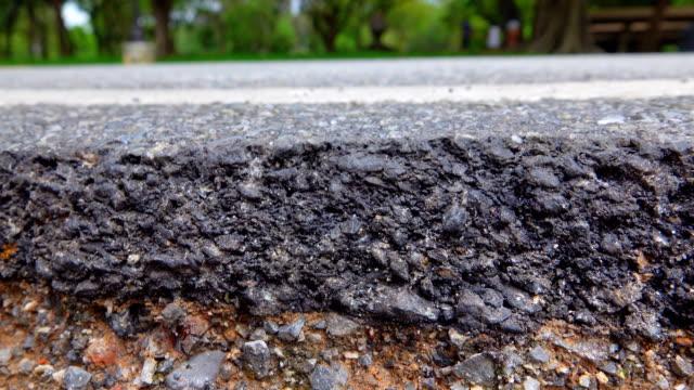 vídeos de stock, filmes e b-roll de 4k dolly tiro: movendo estrada, asfalto quebrado. - pedra material de construção