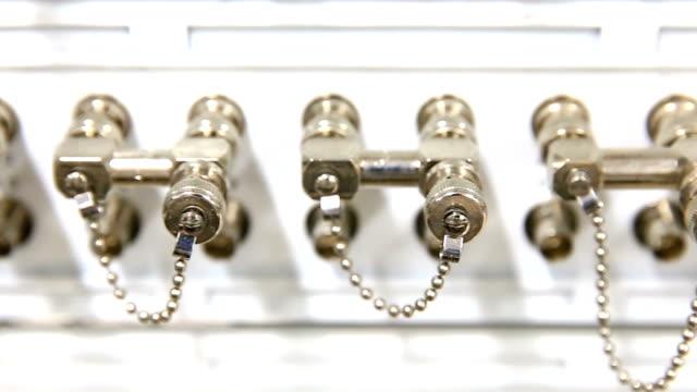 vídeos de stock e filmes b-roll de hd plano charriot: mux multiplexador nó na sala do servidor de telecomunicações - hd format