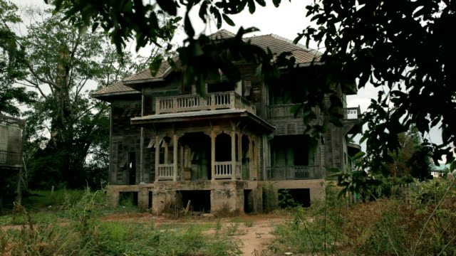 stockvideo's en b-roll-footage met dolly shot of abandoned old house - landhuis