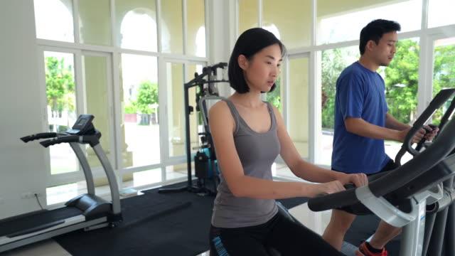 ドリーはショット 美しいアジア女性トレーニングのランニングマシン