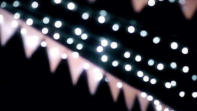 MS-Dolly Schuss von schöne Hochzeit Girlande mit Lichtern Bokeh von Film-Korn-Stil.