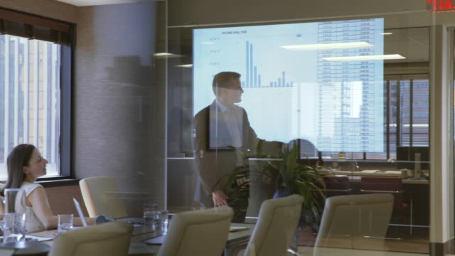 vídeos de stock e filmes b-roll de dolly shot of business people working at office - projecção