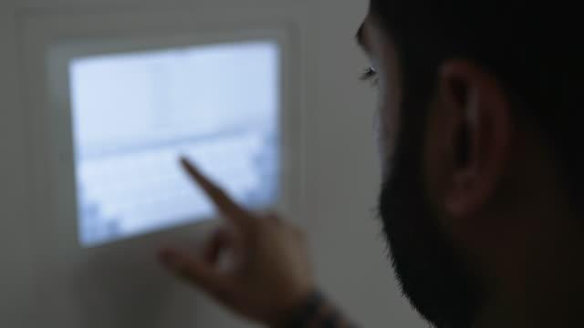 vídeos de stock e filmes b-roll de dolly shot of businessman using digital signage in office - só um homem de idade mediana