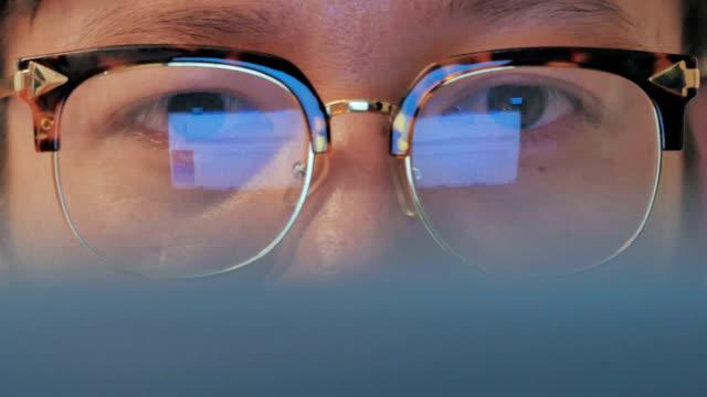 dolly shot of ビジネスマンのコンピュータをご覧ください。 - 30代点の映像素材/bロール