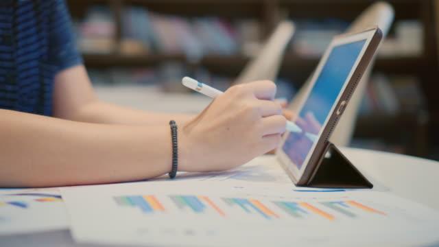 vídeos y material grabado en eventos de stock de dolly foto de businesswoman usando un lápiz digital con tableta digital - lapiz