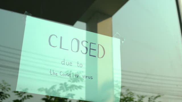 2 dolly shot of closed sign on shop door. - economia video stock e b–roll