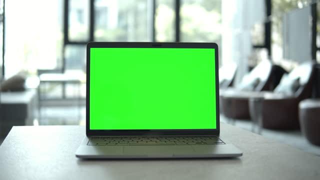 vidéos et rushes de dolly tiré de l'ordinateur portatif d'ordinateur portable avec l'écran vert, aucune personne - zoom arrière