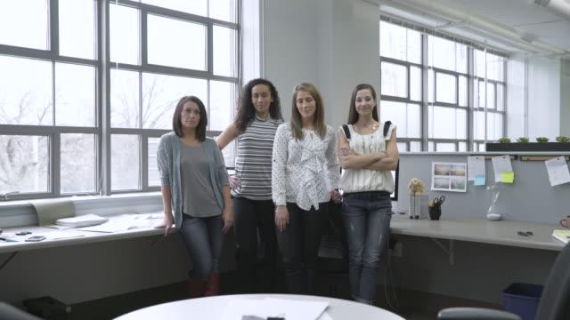 vidéos et rushes de dolly shot of confident businesswomen in office - bras croisés