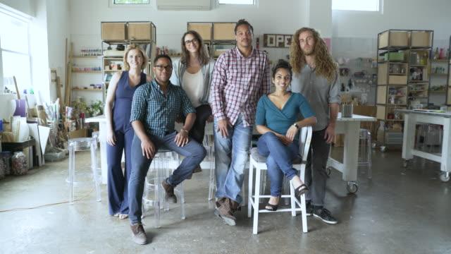 vidéos et rushes de dolly shot of confident multi-ethnic business people in creative office - cadrage en pied