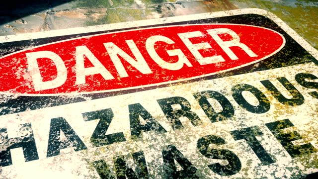 vidéos et rushes de dolly projectile du signe d'avertissement de danger pour le site dangereux de contamination de déchets - retombée radioactive