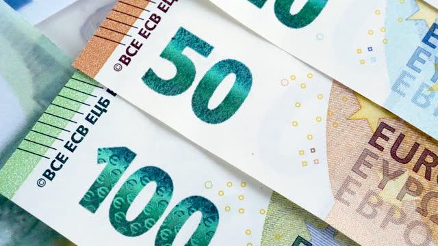 dolly-aufnahme verschiedener euro-banknoten - geld verdienen stock-videos und b-roll-filmmaterial