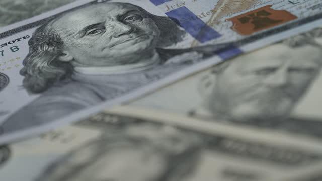 vídeos de stock e filmes b-roll de dolly shot of different us dollar notes - unidade monetária dos estados unidos