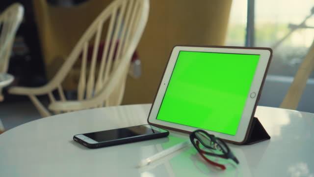 vídeos y material grabado en eventos de stock de dolly toma de tableta digital con pantalla verde en una biblioteca, no hay gente - lapiz