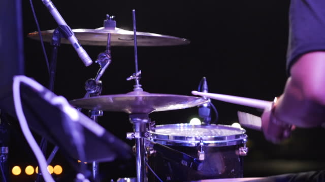 vídeos de stock, filmes e b-roll de dolly shot of drummer playing drum set during concert night - concerto