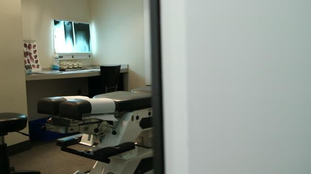 vidéos et rushes de dolly shot of empty examination room - cabinet médical