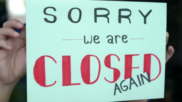 2 dolly shot of hand holding closed sign on shop door. - dolly shot stock videos & royalty-free footage