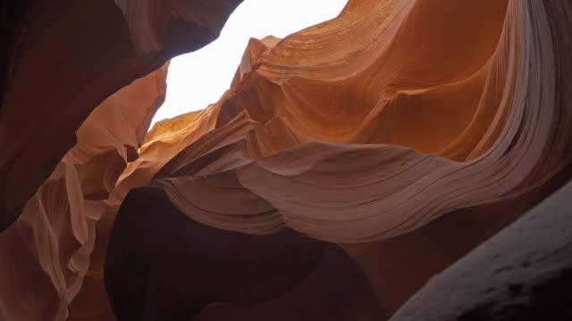 ユタ州の下部アンテロープキャニオンナバホ部族公園の低角度のドリーショット - スロット渓谷点の映像素材/bロール