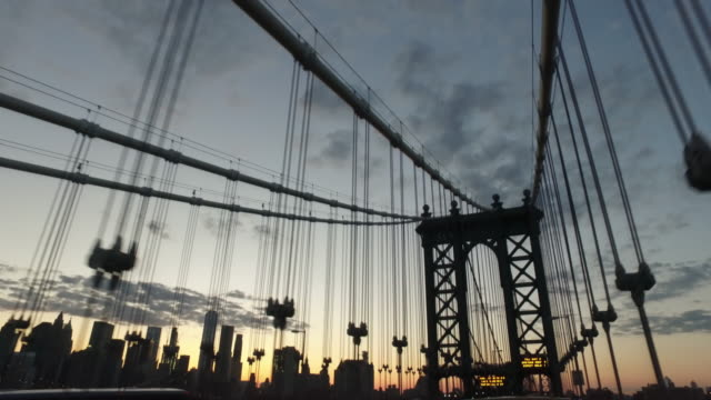 vídeos y material grabado en eventos de stock de dolly shot of manhattan sunset in new york city (no audio) - puente colgante