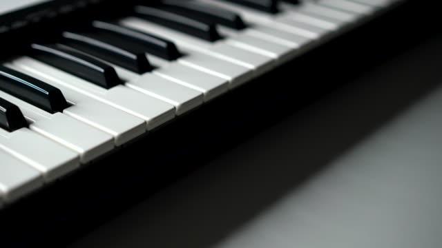 dolly-schuss von klaviertaste. uhd 4k filmmaterial - akkord stock-videos und b-roll-filmmaterial