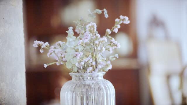自宅の花瓶にピンクの花のドリーショット - 花瓶点の映像素材/bロール