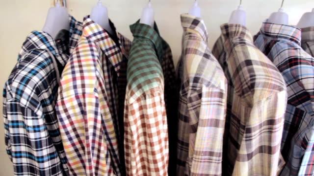 dolly shot of シャツは、コートラックの - プレイドシャツ点の映像素材/bロール
