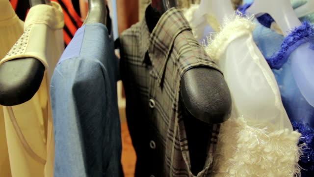Dolly Schuss von Hemden an einem Mantel rack
