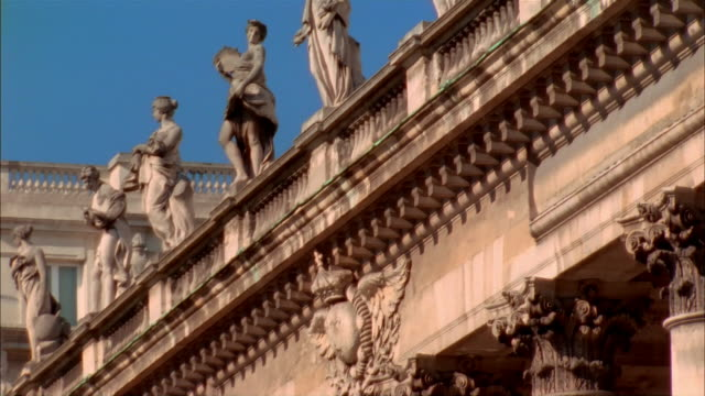 dolly shot of statues of roman muses standing on top of grand theatre de bordeaux on clear day / bordeaux, france - fries säulengebälk stock-videos und b-roll-filmmaterial
