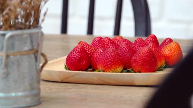 vídeos y material grabado en eventos de stock de tiro del carro de fruta fresa - dolly shot