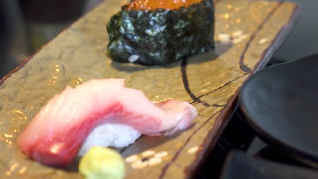 vídeos de stock e filmes b-roll de dolly shot of sushi - peixe congelado