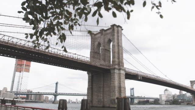 dolly shot of the brooklyn bridge on a cloudy afternoon in 4k. - ニューヨーク州 ブルックリン点の映像素材/bロール