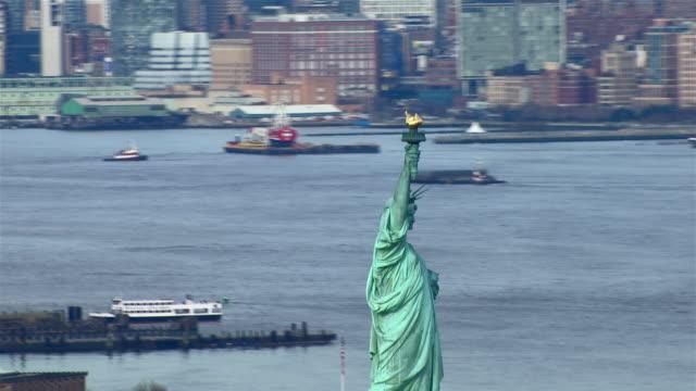 vídeos de stock, filmes e b-roll de dolly shot of the statue of liberty, in new york city, new york. - estátua