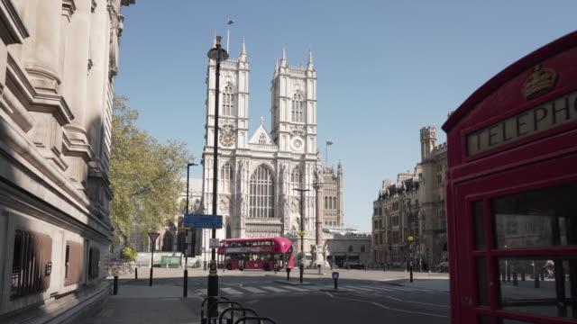 vídeos de stock, filmes e b-roll de uma foto de boneca da abadia de westminster, com uma caixa de telefone vermelha - international landmark