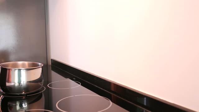vídeos de stock, filmes e b-roll de tiro de boneca de mulher cozinhando na cozinha moderna - fogão