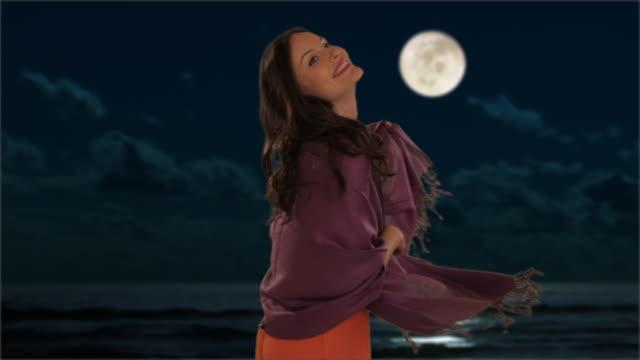vidéos et rushes de dolly shot of young girl walking in moonlight - châle