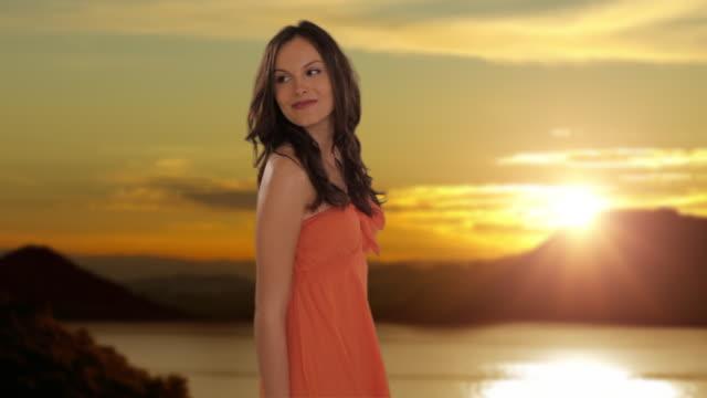 vídeos y material grabado en eventos de stock de dolly shot of young girl walking in sunset countryside - sólo una adolescente