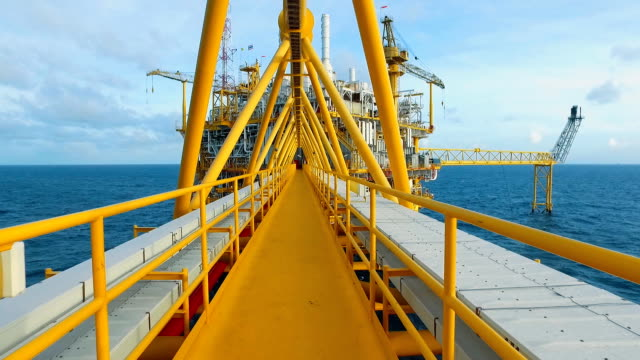 stockvideo's en b-roll-footage met dolly shot offshore platform - offshore