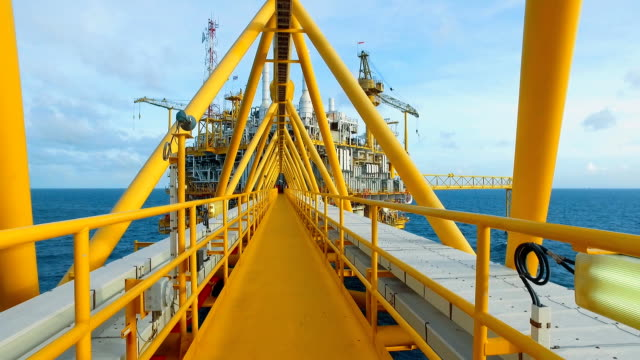vídeos de stock e filmes b-roll de dolly shot offshore platform - dolly shot
