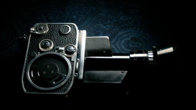 dolly shot: vecchia fotocamera da film classica analogica vintage 8mm - proiettore 8mm video stock e b–roll