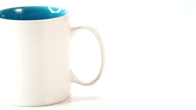 Dolly auf Kaffee-Haferl auf weißem Hintergrund gedreht