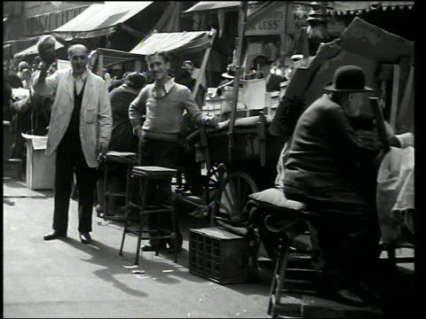 b/w dolly shot past street vendors + marketplace / lower east side, manhattan - 1920 stock-videos und b-roll-filmmaterial