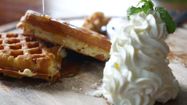 vídeos y material grabado en eventos de stock de dolly tiro verter hony en waffle - waffles