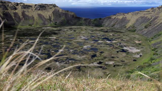 vídeos y material grabado en eventos de stock de dolly shot: rano kao en la isla de pascua - volcán extinguido